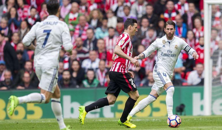 Aduriz controla ante Sergio Ramos bajo la mirada de Cristiano Ronaldo