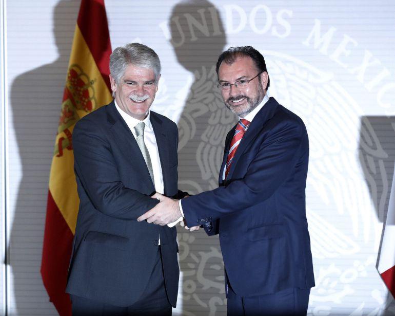 El ministro español de Asuntos Exteriores Alfonso Dastis y el secretario de Relaciones Exteriores de México, Luis Videgaray, durante la rueda de prensa ofrecida tras la reunión mantenida hoy en la Ciudad de México.