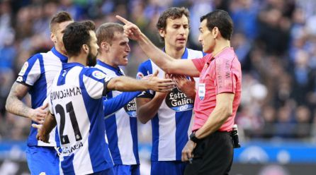 Los jugadores del Deportivo recriminan al árbitro una decisión