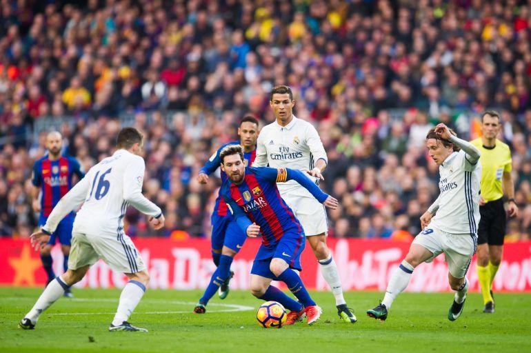 Messi, rodeado de jugadores del Real Madrid