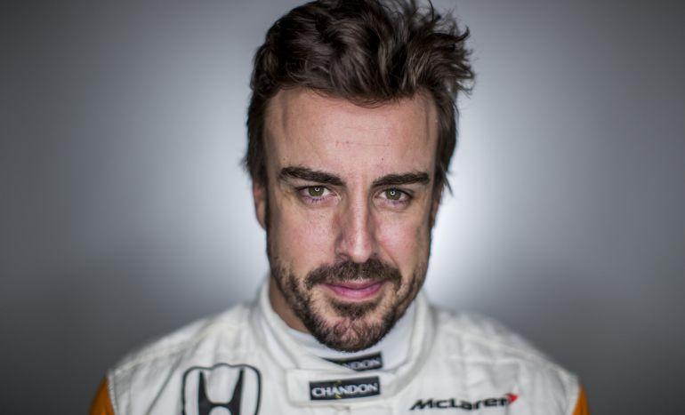 FErnando Alonso posa para un retrato de McLaren en el Circuito de Cataluña