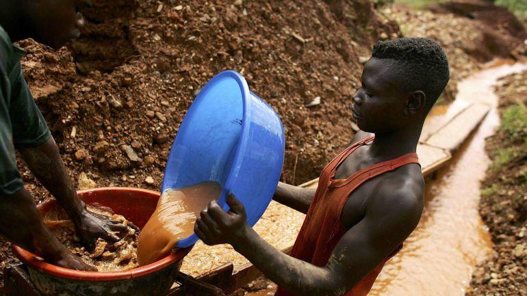 congoleños trabajando en las minas irregulares de los grupos en conflicto en la Republica Democrática del Congo que sirven para financiarse y a los que ahora el Parlamento Europeo trata de poner fin con una nueva legislación