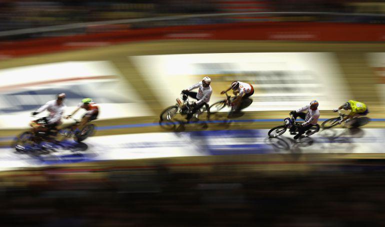 Varios ciclistas, durante una carrera en pista