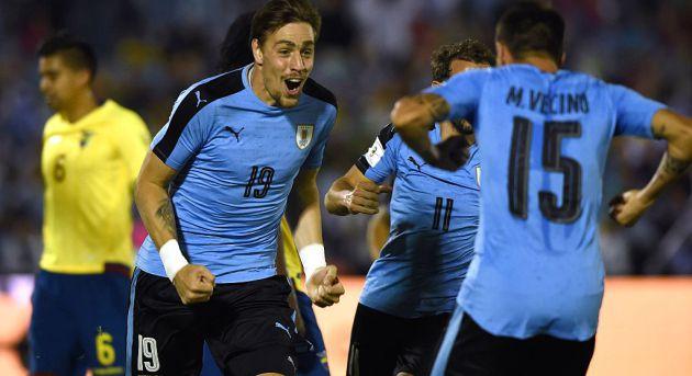 Sebastián Coates (primero por la izquierda) celebra un gol con Uruguay.