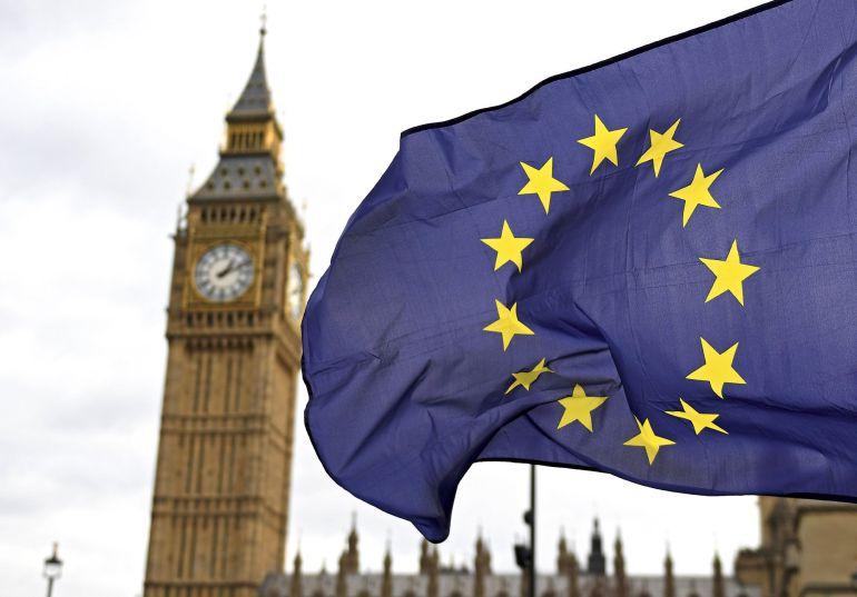 La bandera de la Unión Europea ante el Big Ben en Londres, Reino Unido.