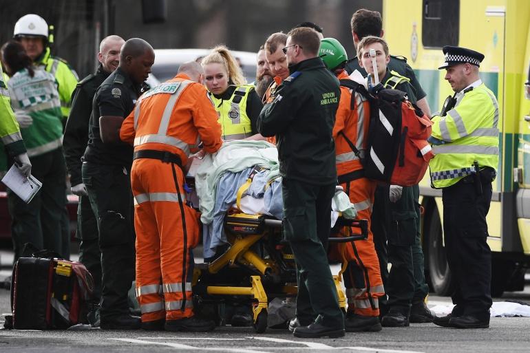 Personal de Emergencias atiende a uno de los heridos en el puente de Westminster
