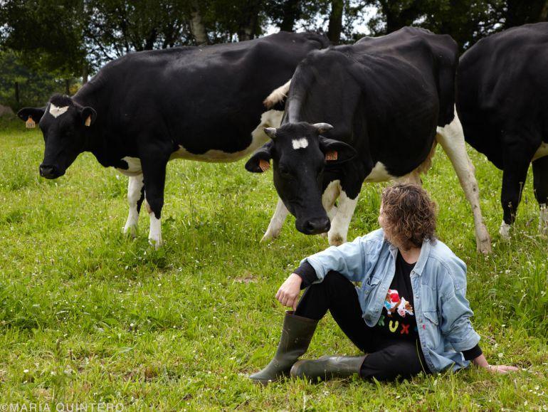 Maite Alvarez junto a sus vacas en la localidad lucense de Monterrosso
