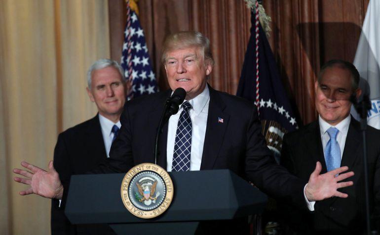 El presidente Trump tras firmar el decreto