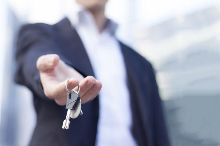Un hombre enseña las llaves de su casa