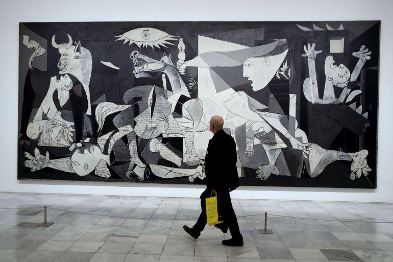 """Visitante frente a Guernica, en el Museo Reina Sofía, donde hoy ha sido presentada la exposición """"Piedad y terror en Picasso: el camino a Guernica"""""""