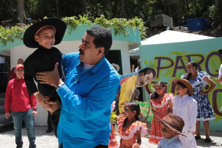"""Fotografía cedida por el Palacio de Miraflores del presidente de Venezuela, Nicolás Maduro, durante el programa de televisión """"Domingo con Maduro"""""""