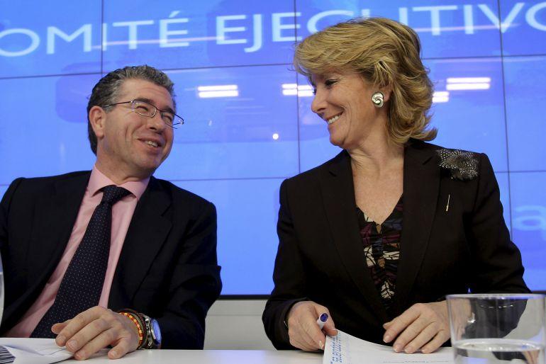 La expresidenta de la Comunidad de Madrid, y del PP de Madrid, Esperanza Aguirre, conversa con el entonces secretario general del partido, Francisco Granados, durante el Comité Regional en la sede del PP en 2010