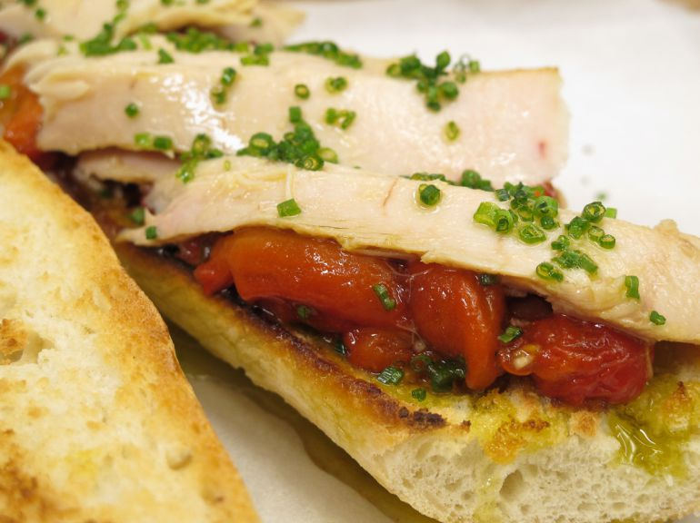 Trocitos de pollo, pimiento asado, la untuosidad de la salsa... ¡Ñam ñam!