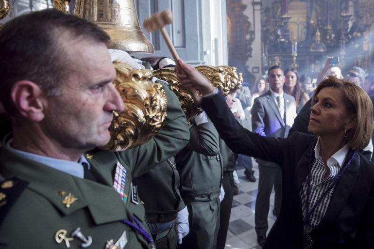 La ministra de Defensa, María Dolores de Cospedal, ejerciendo de mayordomo del trono para dar salida a la imagen del Santísimo Cristo de Ánimas de Ciegos de la Hermandad Sacramental y Reales Cofradías Fusionadas, imagen que ha sido escoltada por militares de la Brigada Paracaidista (BRIPAC)