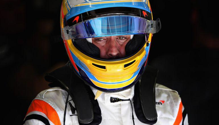 Fernando Alonso, en el box antes de montar en el coche