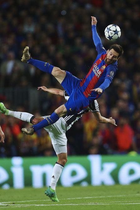 Messi cae al suelo en un salto con Pjanic.