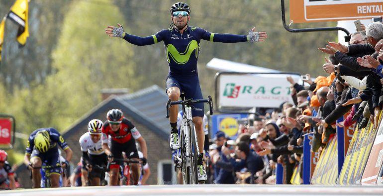 El español Alejandro Valverde llega a la meta como vencedor de la Flecha Valona por quinta vez en su carrera.