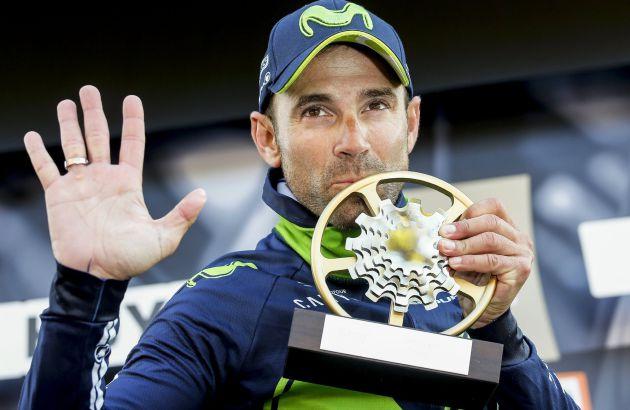 El español Alejandro Valverde, con el trofeo de ganador de la Flecha Valona.