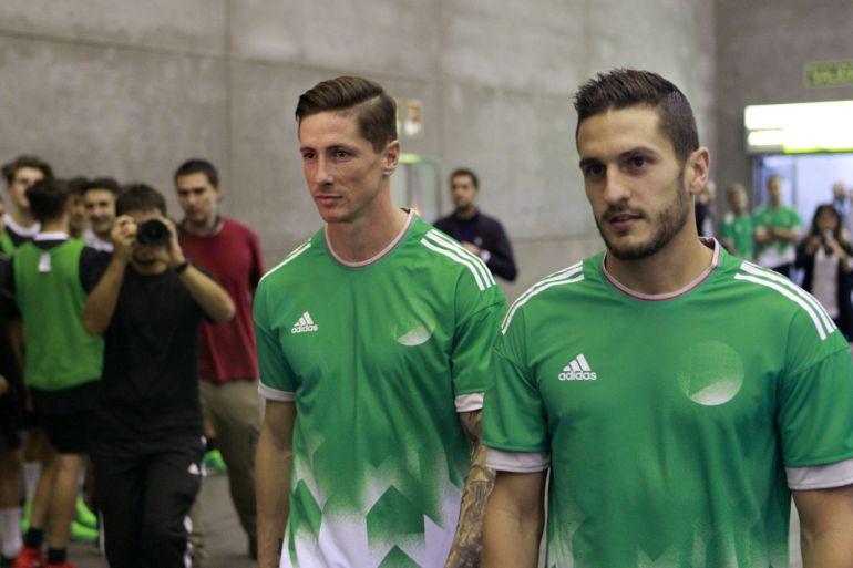 Los jugadores del Atlético de Madrid Fernando Torres y Koke, a su llegada a un acto publicitario hoy en Madrid.