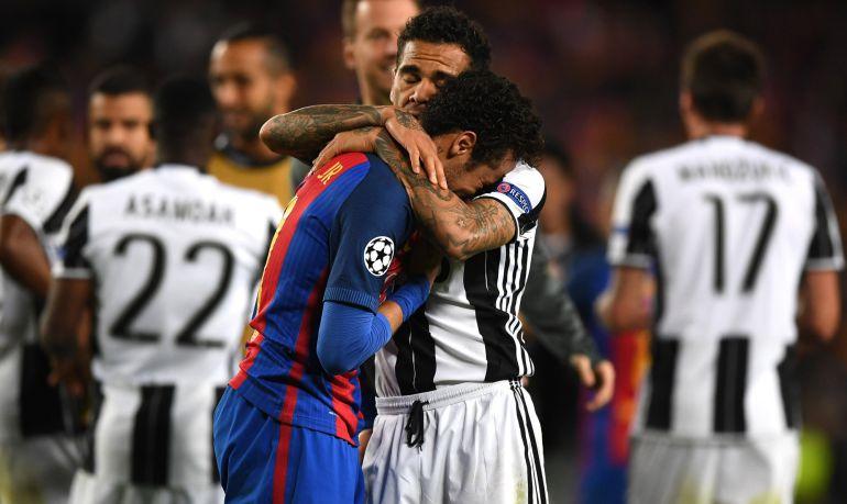 Alves anima a Neymar tras la eliminación del Barcelona.