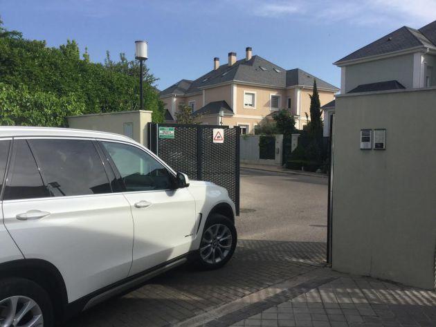 FOTOGALERÍA | El domicilio de Ignacio González, en una zona residencial de las afueras de Madrid, ha sido registrado.