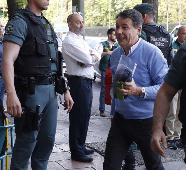 El expresidente de la Comunidad de Madrid, Ignacio González (d), a su llegada al despacho que tiene en la calle Alcalá de Madrid acompañado por Guardias Civiles para proceder al registro del mismo