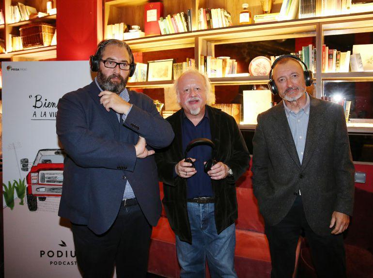 Presentación y audición de 'Bienvenido a la vida peligrosa' con (izquierda a derecha) Antonio Hernández-Rodicio, director de la Cadena SER, el actor Juan Echanove y el escritor Arturo Pérez-Reverte