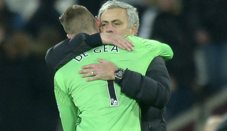 De Gea y Mourinho se abrazan tras un partido del United.