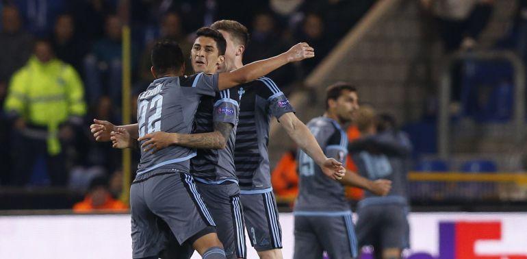 Sisto celebra el gol con sus compañeros en el Luminus Stadium