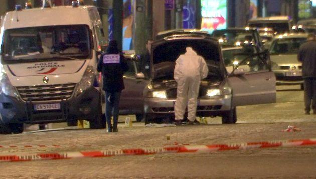 FOTOGALERÍA | Los agentes inspecciona el vehículo del atacante
