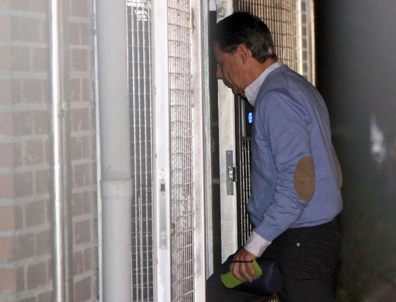 El expresidente de la Comunidad de Madrid, Ignacio González, detenido por supuesta corrupción en el Canal de Isabel II, a su llegada a la Comandancia de la Guardia Civil de Tres Cantos, Madrid