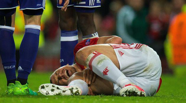 Ibrahimovic, tendido en el suelo tras caer lesionado