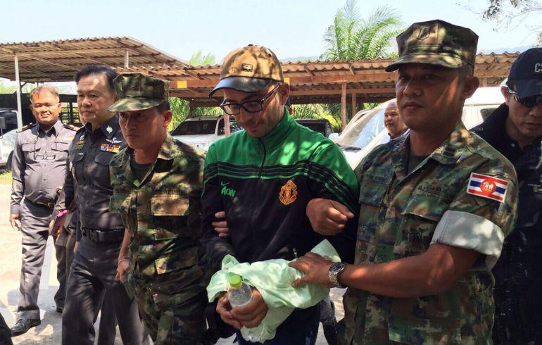 Artur Segarra, principal sospechoso del asesinato de David Bernat, escoltado por soldados tailandeses.