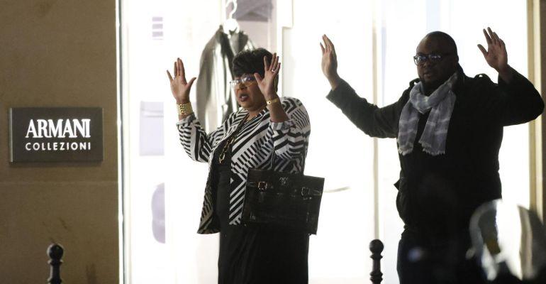 FOTOGALERÍA | Dos personas levantan sus manos ant la Policía tras registrarse un tiroteo en el que un oficial de policía fue asesinado.