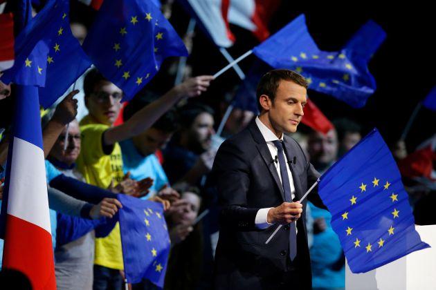 Emmanuel Macron, con una bandera de la Unión Europea