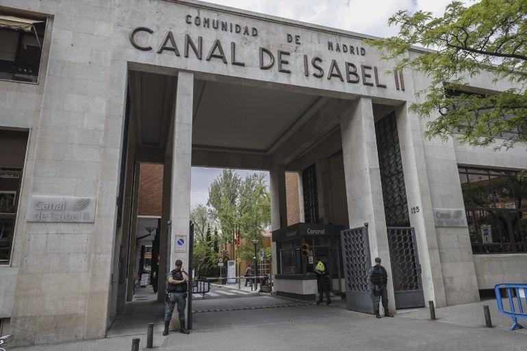 Agentes de la Guardia Civil ante la sede de Canal de Isabel II, en la operación Lezo