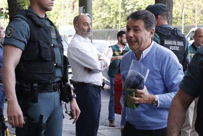 El expresidente de la Comunidad de Madrid, Ignacio González (d), a su llegada al despacho que tiene en la calle Alcalá de Madrid acompañado por Guardias Civiles