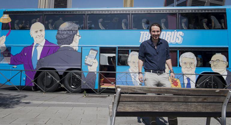 El secretario general de Podemos, Pablo Iglesias, junto al 'Tramabús', con la caricatura de Díaz Ferrán a la derecha de la imagen.