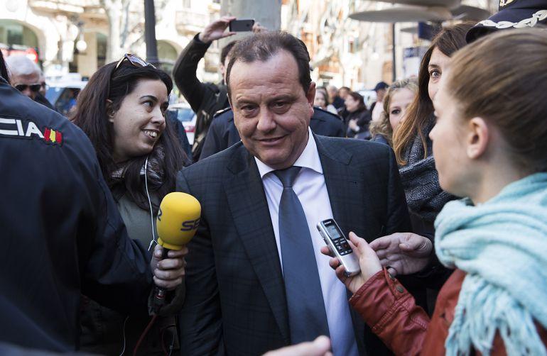 Pedro Horrach, rodeado de periodistas a las puertas de la Audiencia de Palma