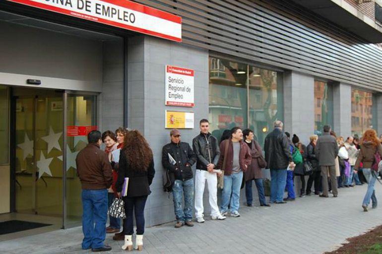 Una cola de desempleados aguarda turno frente a una oficina del INEM, el Instituto Nacional de Empleo.
