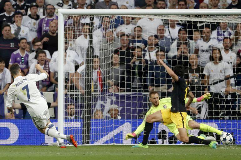 El delantero portugués del Real Madrid, Cristiano Ronaldo, marcar el tercer gol.
