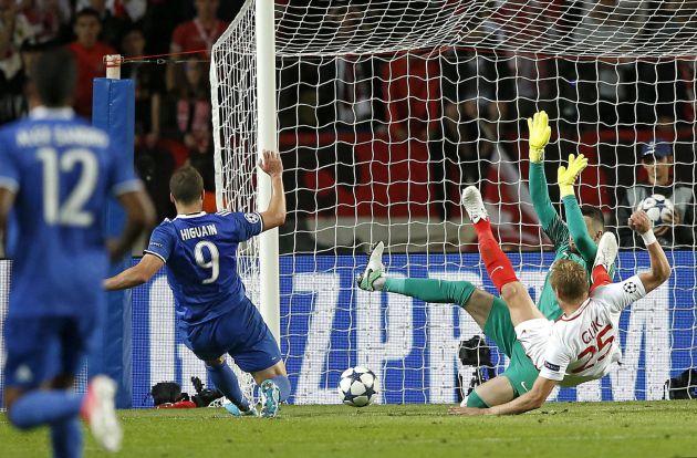 El jugador de Juventus, Gonzalo Higuaín, anota el segundo gol de su equipo.