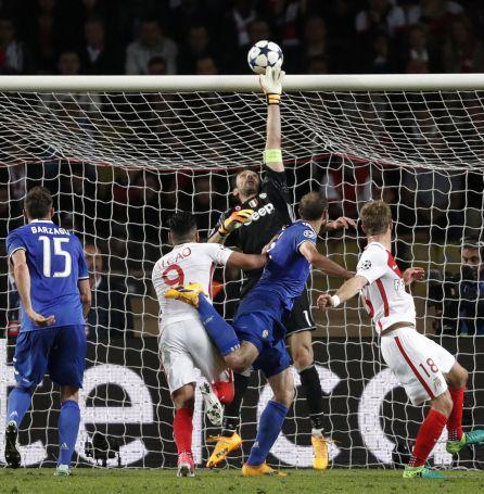 Buffon detiene un disparo del Mónaco.