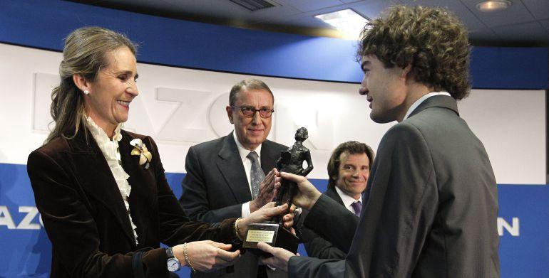Mauricio Casals (en el fondo, con gafas) durante la entrega en 2011 del premio 'Alfonso Ussia'.