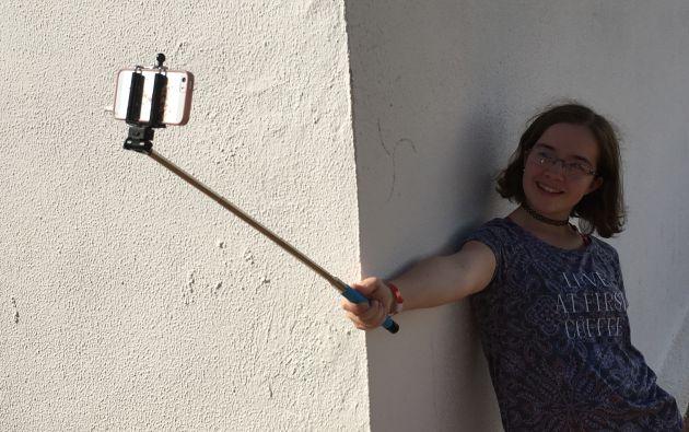 Una chica se hacer un selfie.