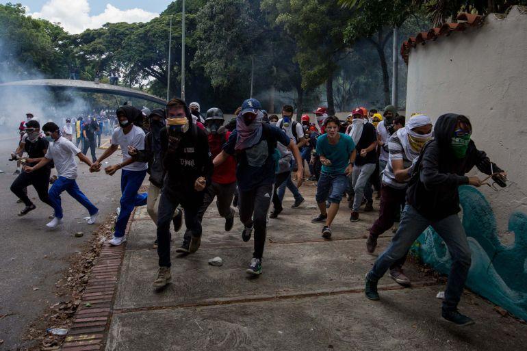 Manifestantes se dispersan durante una marcha en Caracas