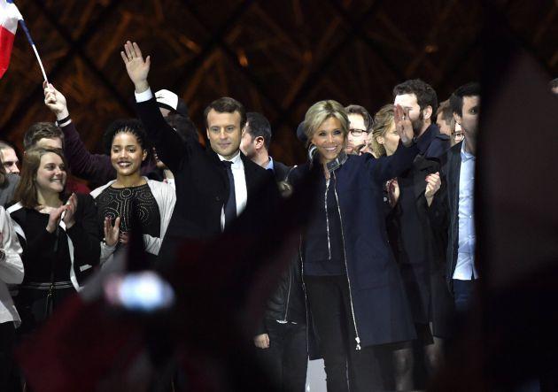 Emmanuel Macron y su mujer Brigitte Trogneux celebran la victoria.