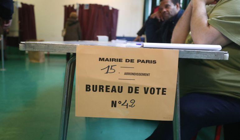 Una mesa electoral en la segunda vuelta de las elecciones presidenciales francesas.