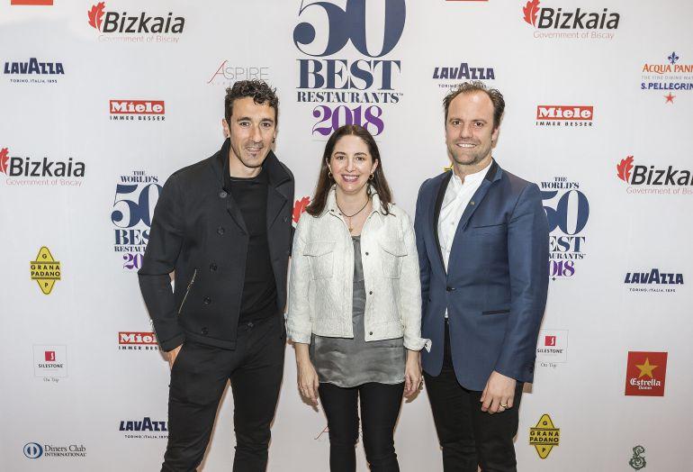 Eneko Atxa y Elena Arzak, junto a uno de los responsables de 'Restaurant'.