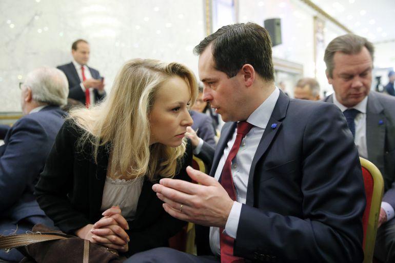 La diputada del Frente Nacional Marion Marechal-Le Pen habla con el secretario general del partido Nicolas Bay